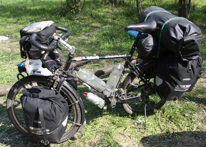 Велосипед закруженный рюкзаками для велопохода
