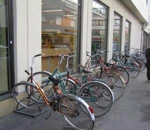 Велостоянка у магазина в Финляндии