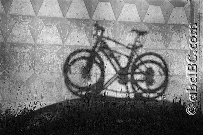 Тень велосипеда. Чёрно-белый вариант сюжета