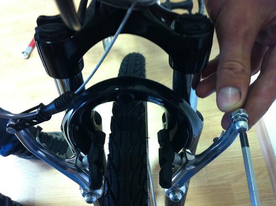 Сборка переднего тормоза горного велосипеда.