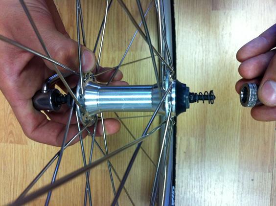 Установка эксцентрикового механизма на переднее колесо велосипеда.