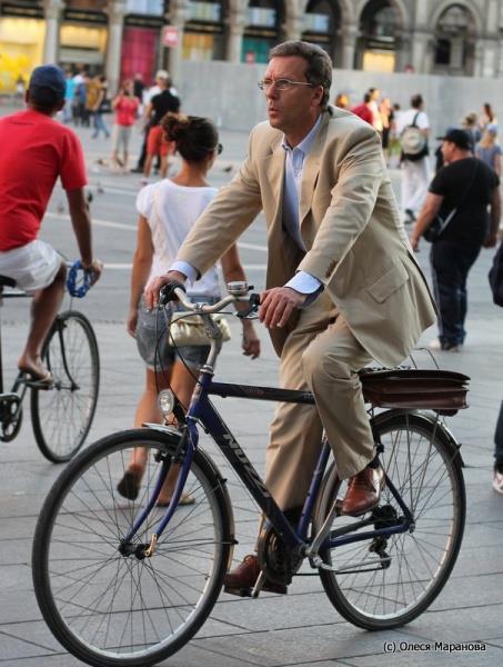 фото бизнесмены на велосипеде в Европе, фото люди на улице Милана, люди на велосипеде в Европе