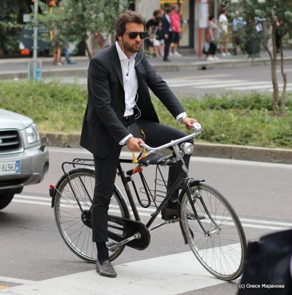 мужчина в деловом костюме на велосипеде, фото люди на улице Милана, люди на велосипеде