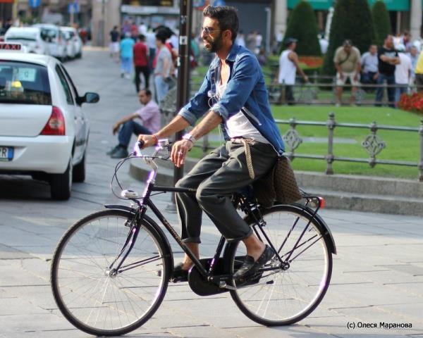 фото бизнесмены на велосипеде в Европе, фото люди в Италии на велосипеде, люди на велосипеде в Европе
