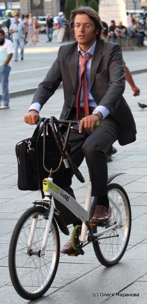 деловой мужчина на велосипеде, фото люди на улице Милана, люди на велосипеде в Европе