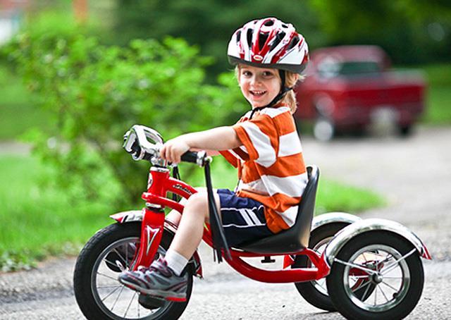 Малыш на трёхколёсном велосипеде