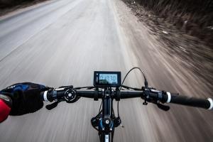 Велокомпьютер, показывающий скорость