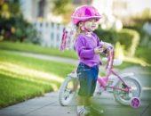 девочка с двухколёсным велосипедом