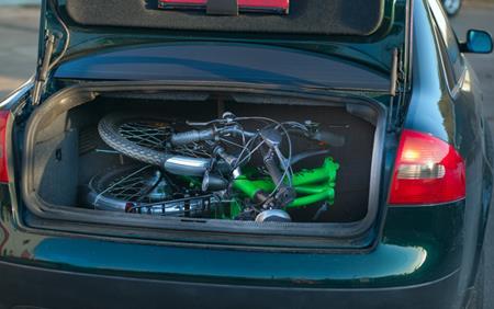 Складной электровелосипед Motus SD в багажнике. Магазин велосипедов E-Trail.
