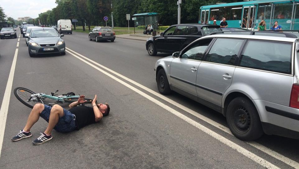 Сбил велосипедиста на проезжей части: ответственность