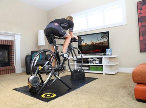 Тренировка на велостанке перед телевизором