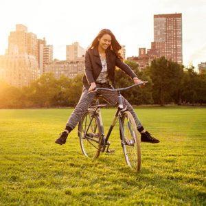 женщина рада велосипеду