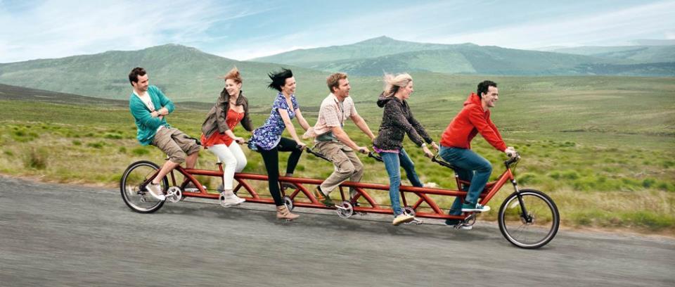 Шесть человек на велосипеде-тандеме