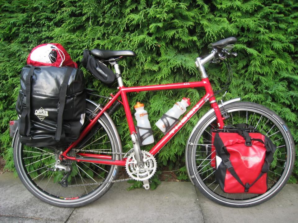 Туристический велосипед в походном снаряжении