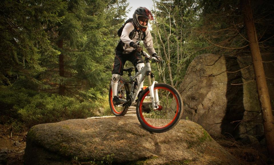 Велосипед для даунхилла: массивная рама и непробиваемые покрышки
