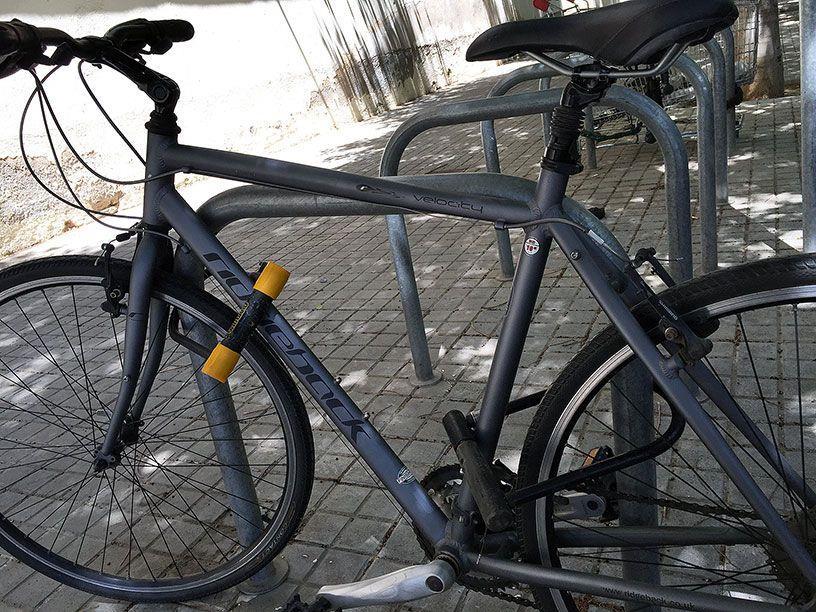 Фиксация велосипеда двумя u-lock'ами.