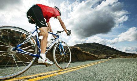 велоспортсмен на трассе