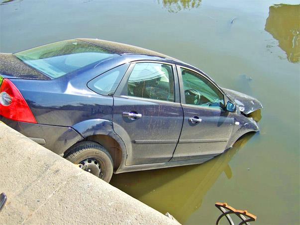 Автомобиль упал в реку