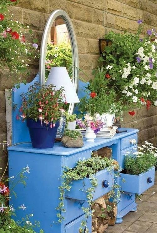 Выращивание цветов в старой мебели