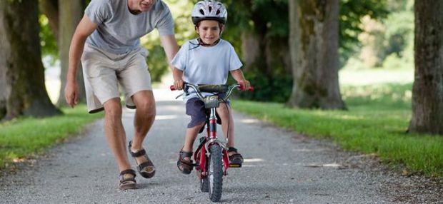 учим кататься на двухколесном велосипеде