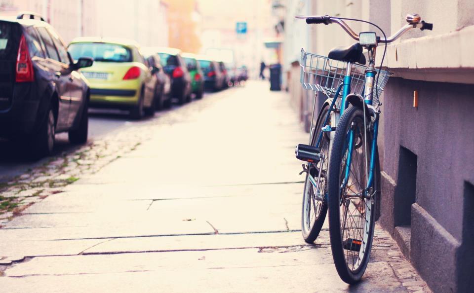 Газон, тротуар и велосипед