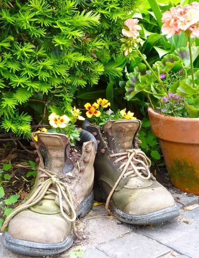 Маленькая клумба из старых ботинок