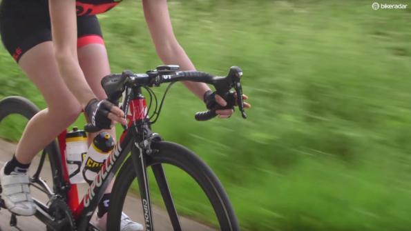 зажимать рога велосипеда