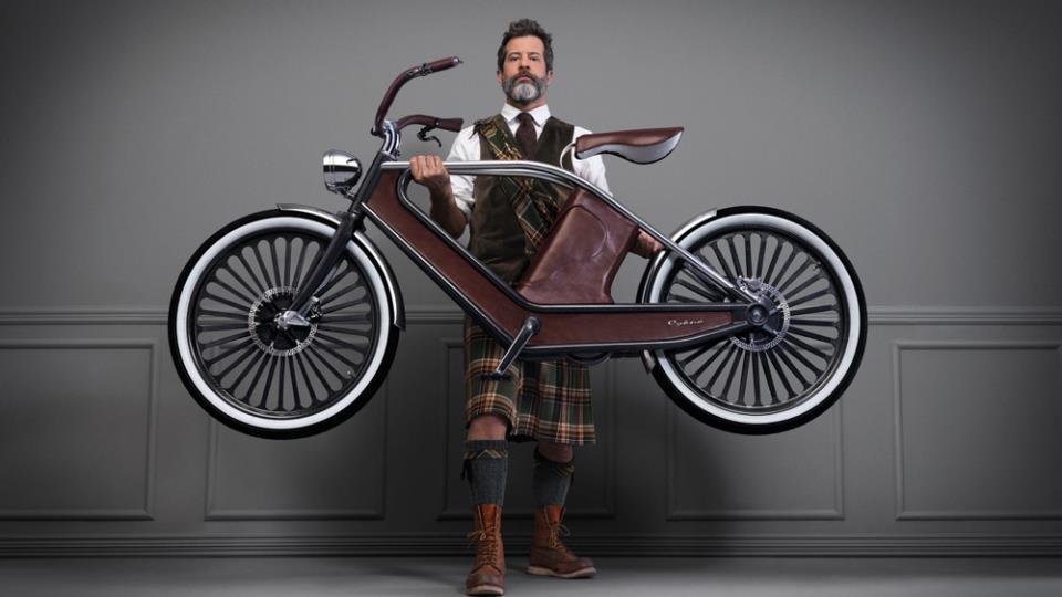 Мужчина держит велосипед Cykno