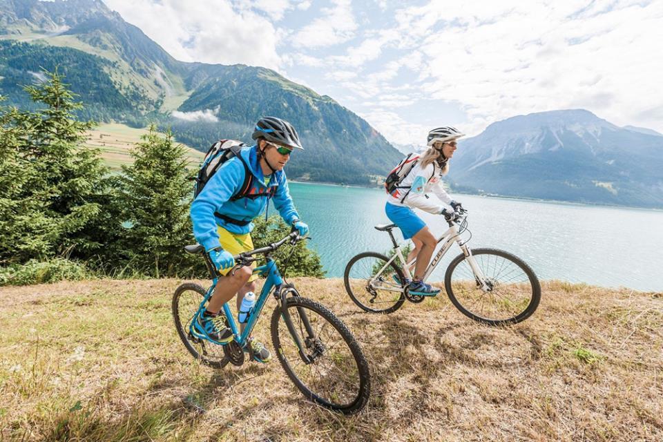 Мужчина и женщина катаются на велосипедах по горам