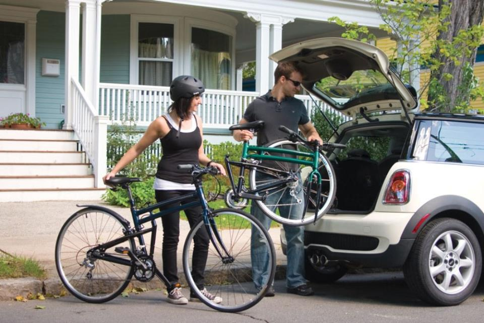 Складной велосипед свободно помещается в багажнике