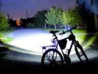 велосипед с включенным фонарём