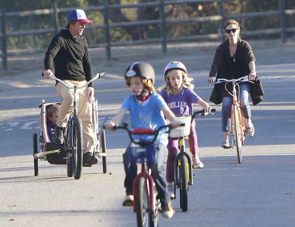 Вело-прогулки благотворно влияют на здоровье малыша.