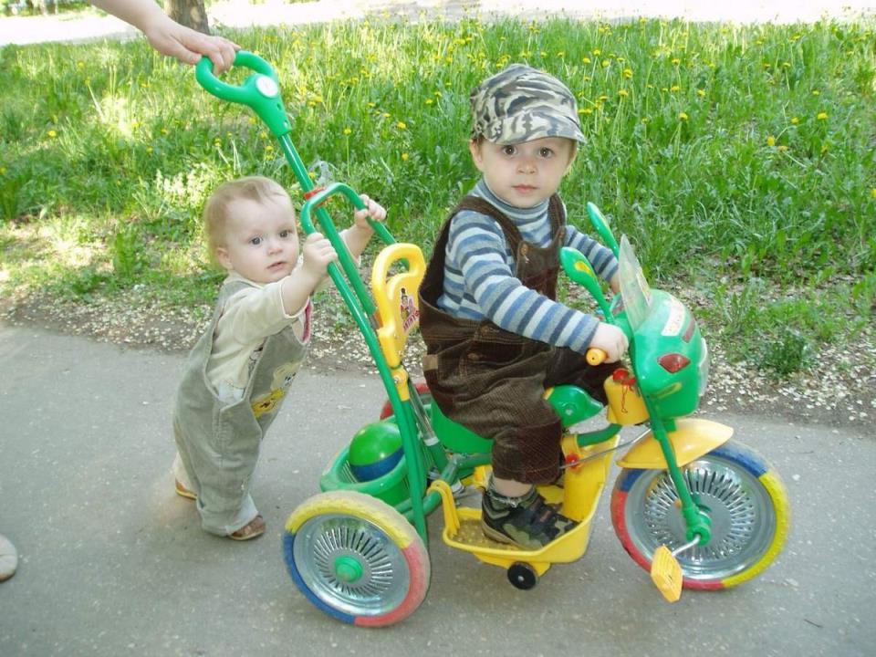 Как можно скорее обучайте своих детей езде на велосипеде, это занятие им обязательно придется по душе.