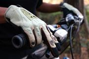 ruka velosipedista na tormoze