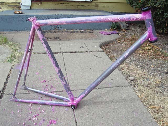 Велосипедная рама после первого этапа удаления краски