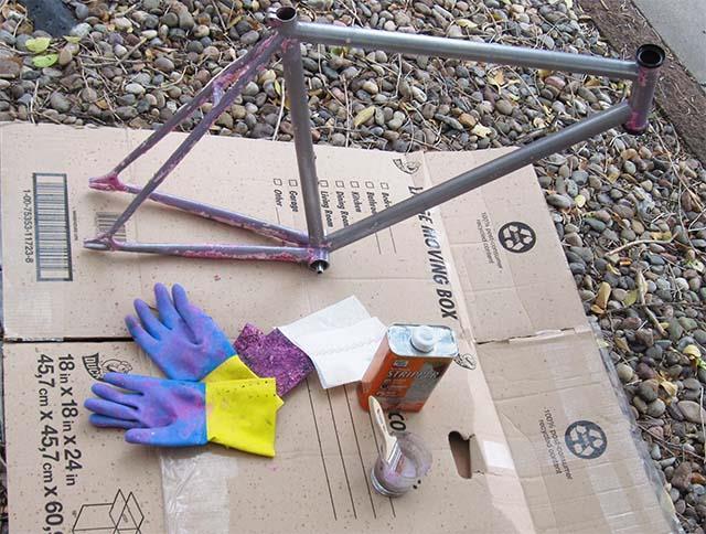 Удаление краски с велосипедной рамы на картоне
