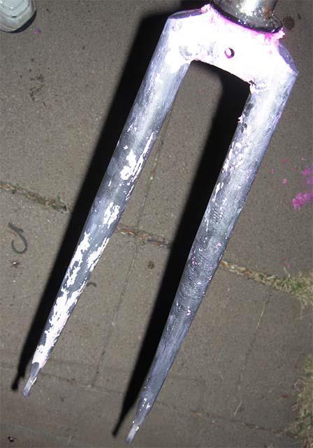 Велосипедная вилка после удаления краски