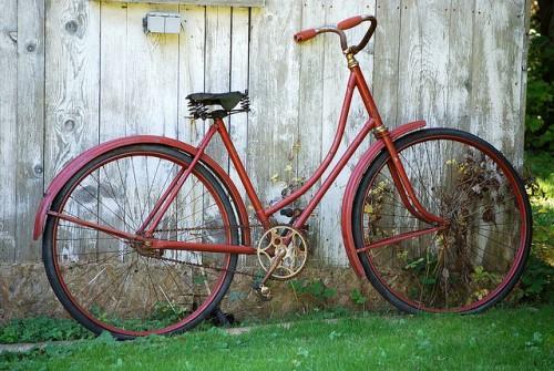 Старая модель велосипеда с необычной геометрией рамы