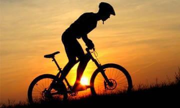 Езда на велосипеде в гору стоя