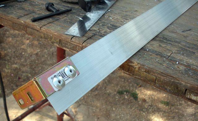 Алюминиевые профиля крепим посредством стальных углов и заклёпок