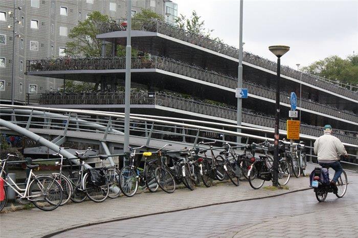 Многоярусная велосипедная парковка в Амстердаме
