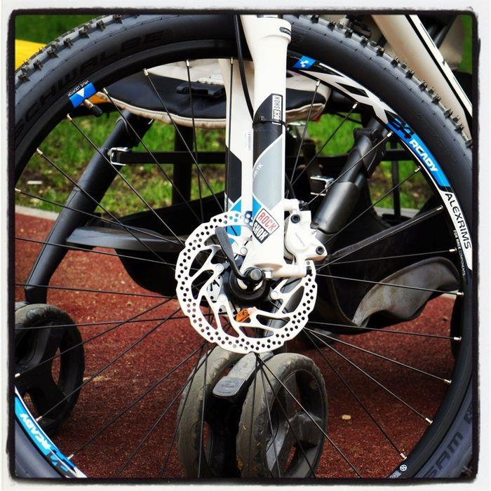 avid brakes mounted on rock shox fork