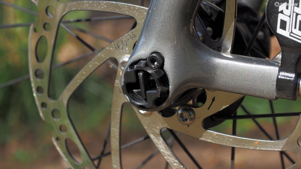 Крепление колеса велосипеда сквозной осью