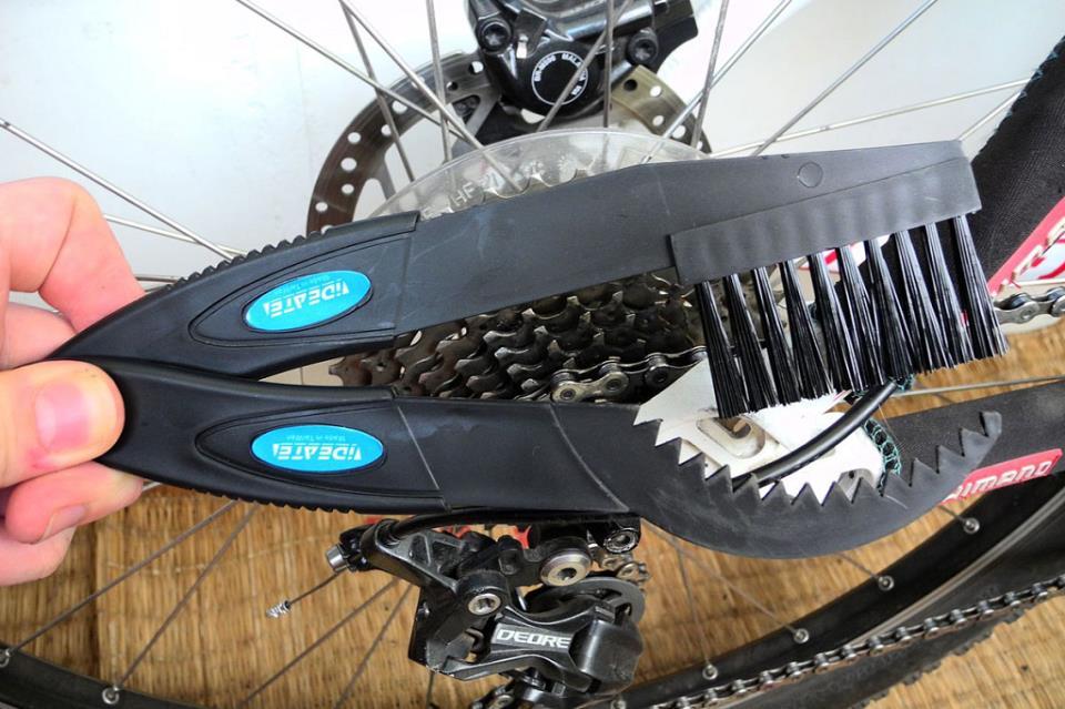 На фото – щетка для очистки велосипедной цепи