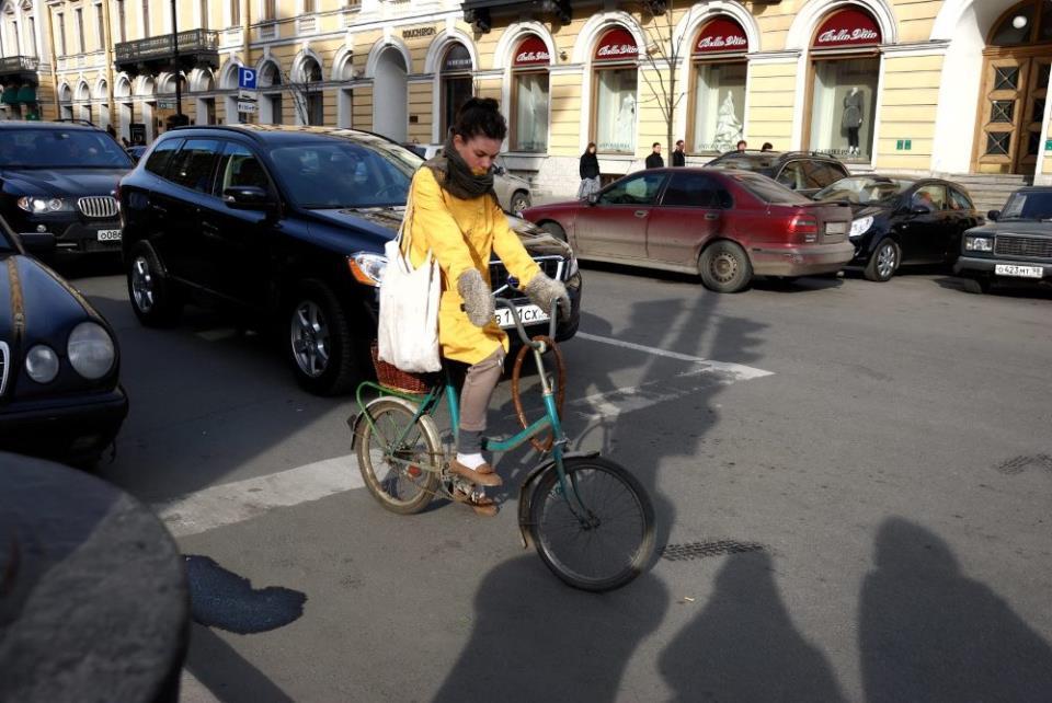 Девушка на велосипеде нарушает правила