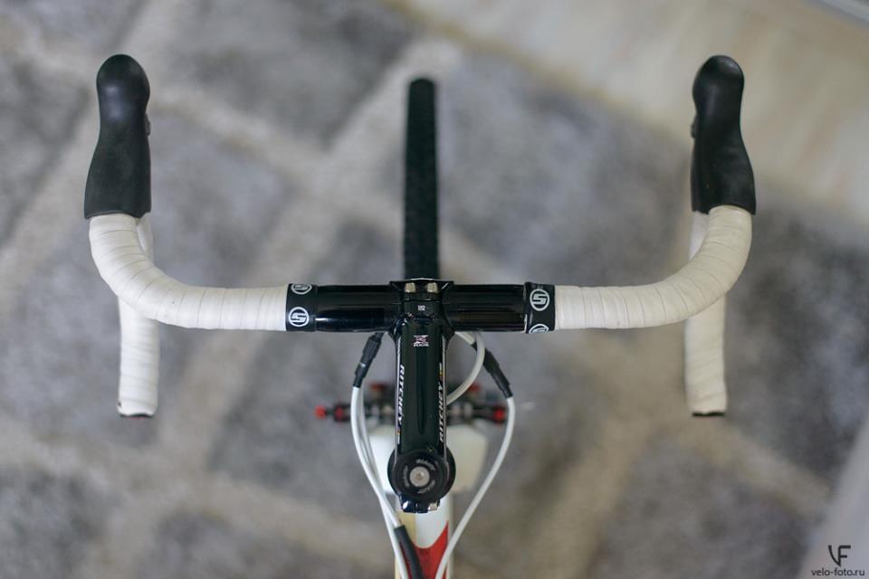Переднее колесо и вынос на одной прямой.