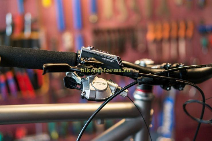 Манетка и ручка тормоза на руле велосипеда