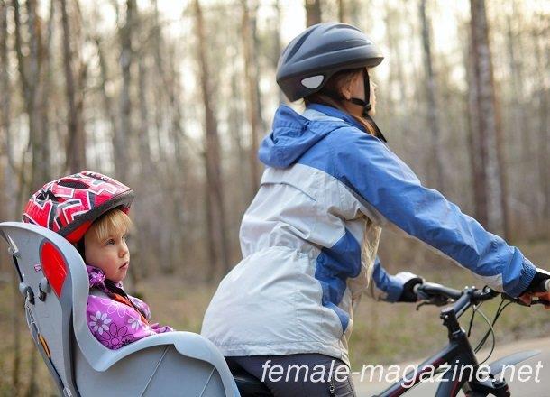 ребенок с мамой на велосипеде в шлеме