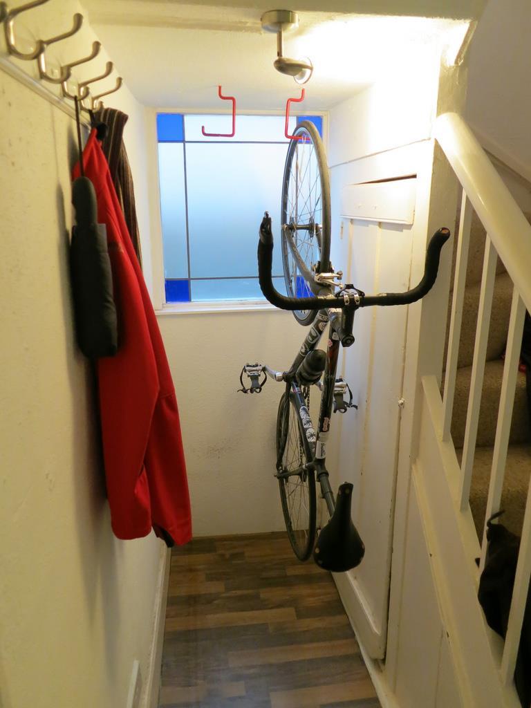 Велосипед в подвешенном состоянии в кладовке