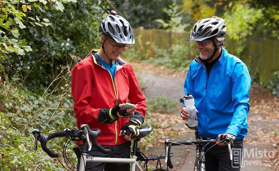 велосипедисты со смартфоном